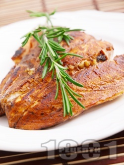 Маринована риба сьомга с чесън в марината от балсамов оцет, зехтин и кафява захар на тиган с розмарин на тиган - снимка на рецептата